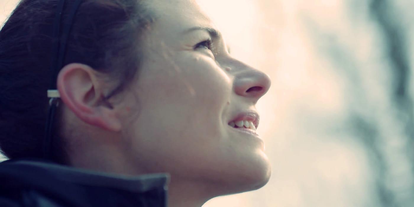 """""""Hängandes på en klippa högt över marken är där BirgitGerlinger finner några av sina mest kreativa lösningar"""" -Birgit Gerlinger,Bergsklättrare och chef, Tyskland"""
